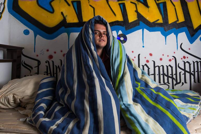 Thiago Catalani, 19 anos, enrolado em um cobertor; ele mora na região da Vila Prudente e todos os dias, quando acorda, vê a previsão do tempo na página de Dicas do Agora para se programar