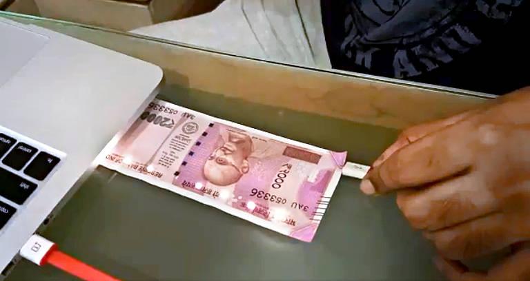 Um vídeo que alegava que as novas notas de rúpia continham nanochips de GPS foi compartilhado pelo diretor do Reserve Bank of India, S Gurumurthy, um dos principais assessores econômicos de Modi e conhecido por divulgar notícias falsas