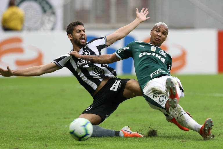 Marcado por Gabriel, o atacante Deyverson tenta o chute durante o duelo entre Verdão e Botafogo