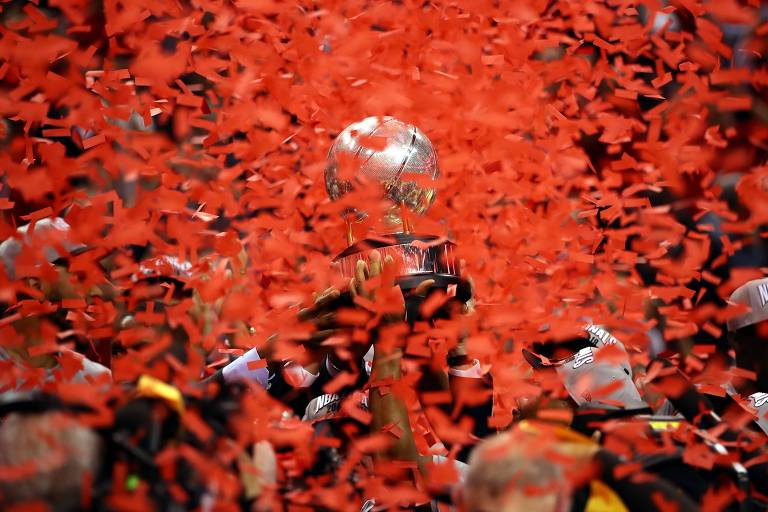 Troféu levantado pelo Toronto Raptors