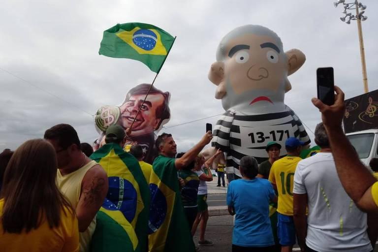 Boneco de Maia (à esq.) e do ex-presidente Lula em manifestação pró-Bolsonaro no Rio de Janeiro