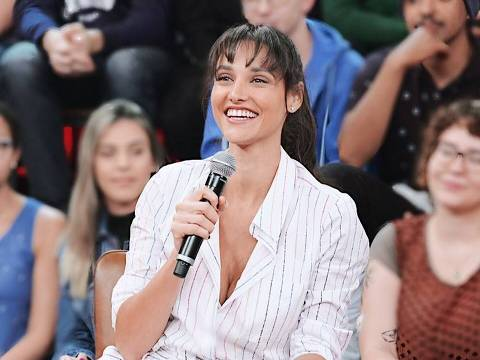 A atriz Débora Nascimento participa do programa Altas Horas, da Globo