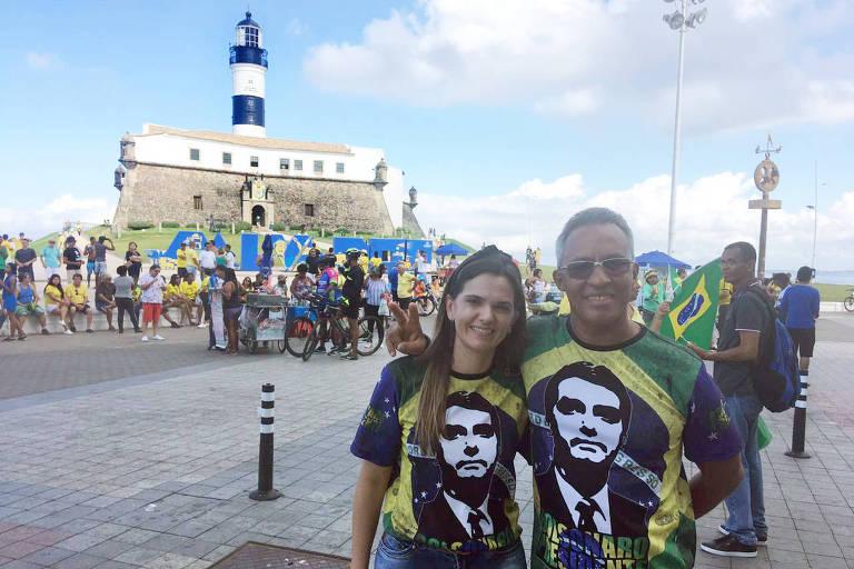 O aposentado Adelino Nunes, 56, e a dona de casa Kaciane Silva, 40, em Salvador (BA)