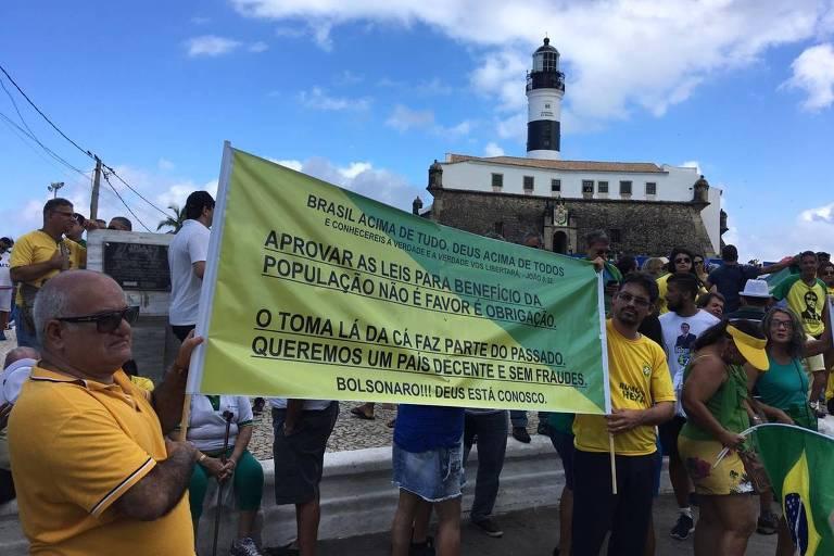 À esquerda da foto, o corretor de imóveis Borges Oliveira, 65, em Salvador (BA)