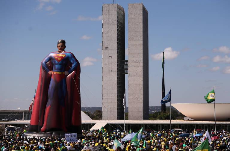 Manifestantes em defesa do governo Bolsonaro na Esplanada dos Ministérios, em Brasília