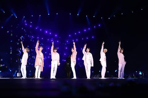 O grupo sul-coreano BTS em apresentação no Allianz Parque neste sábado (25)