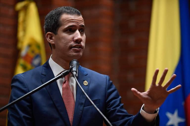 O líder da oposição Juan Guaidó faz discurso em uma universidade em Caracas