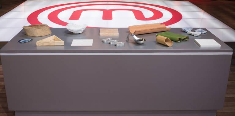 Episódio 9 (19/05): Bancada com os pratos que serão utilizados pelos competidores