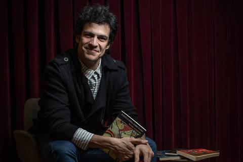 SÃO PAULO, SP, BRASIL, 10-05-2019: Retrato do ator Mateus Solano que falou para Memorabilia, da Ilustríssima, sobre a influência da cultura hindu no seu trabalho. (Foto: Bruno Santos/ Folhapress) *** FSP-ILUSTRISSIMA *** EXCLUSIVO FOLHA***
