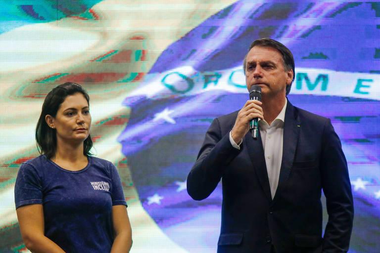 O presidente Jair Bolsonaro chora ao discursar ao lado da primeira-dama, Michelle, e a primeira-dama, em culto na Igreja Atitude, no Rio