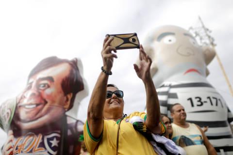 Maia é alvo de protesto e vira boneco inflável em ato pró-Bolsonaro no Rio