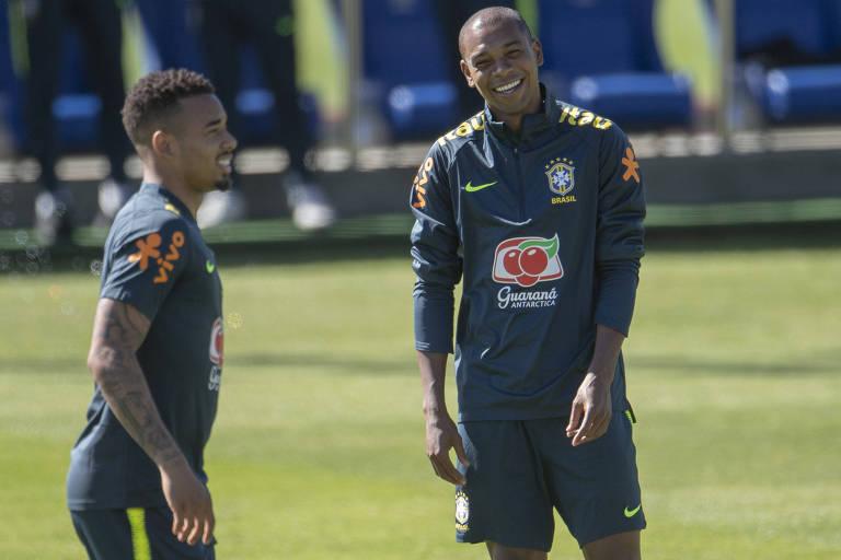 Fernandinho sorri ao lado de Gabriel Jesus durante treino da seleção brasileira