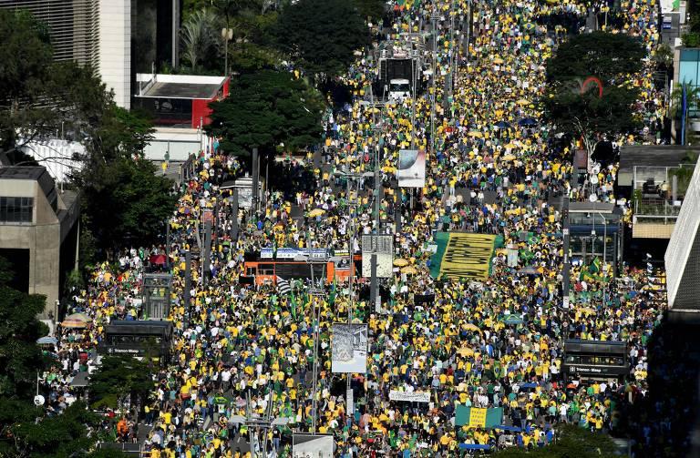 Apoiadores do presidente brasileiro Jair Bolsonaro participam da manifestação  ao longo da Avenida Paulista em São Paulo