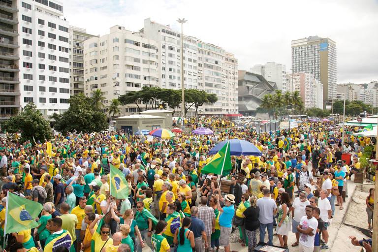 Manifestantes em ato pró-Bolsonaro na avenida Atlântica na manhã deste domingo