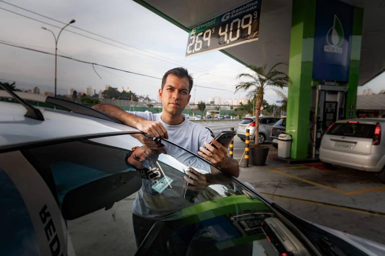 Douglas Saturnino foi motorista de Uber por dois anos; com carro com motor 1.8, ele diz que escolher o posto de confiança foi o que o fez gastar menos e continuar no mercado por tanto tempo