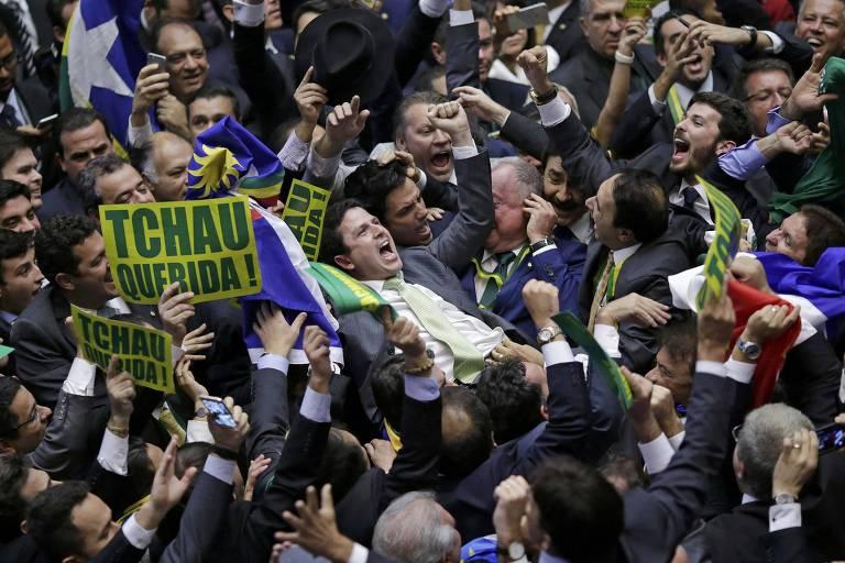 Bruno Araújo é levandatdo por aliados depois de dar o voto decisivo para a abertura do impeachment de Dilma Rousseff, em 2016
