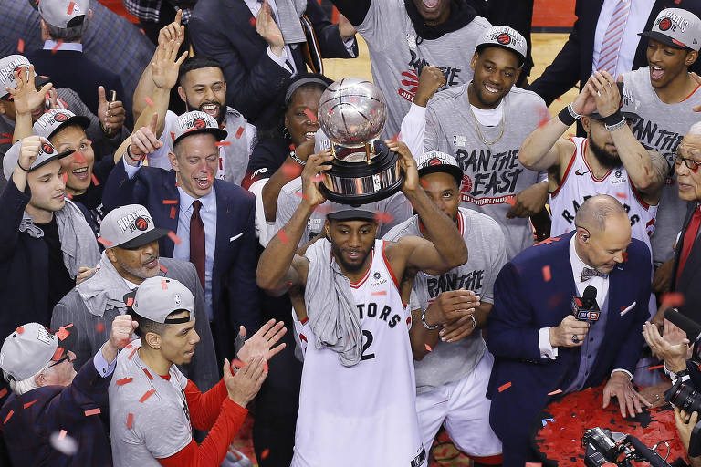 Kawhi Leonard ergue o troféu de campeão da conferência leste da NBA