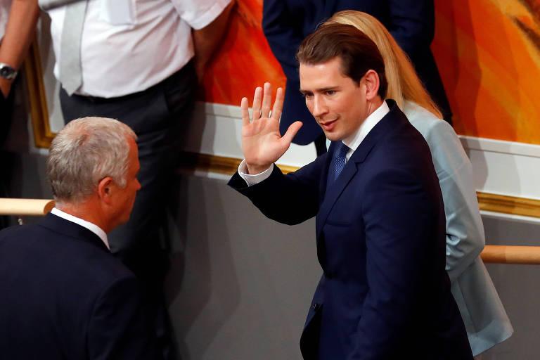 O chanceler (premiê) austríaco Sebastian Kurz acena enquanto deixa a sessão que o tirou do governo