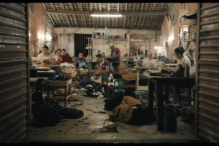 pessoas numa fábrica de tecido