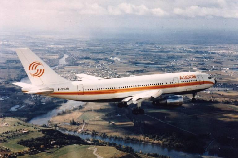 Avião branco e laranja durante voo