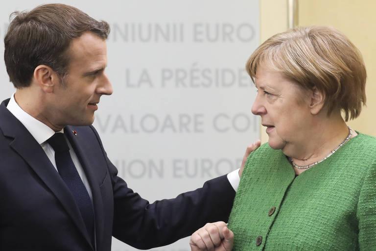 O presidente francês, Emmanuel Macron, e a chanceler alemã, Angela Merkel, durante encontro na Romênia
