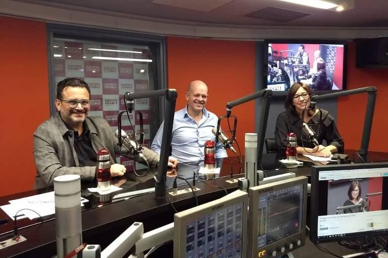 Paulo Cunha, da ESPM, João Livi, CEO da agência Talent Marcel, e a jornalista Laura Mattos