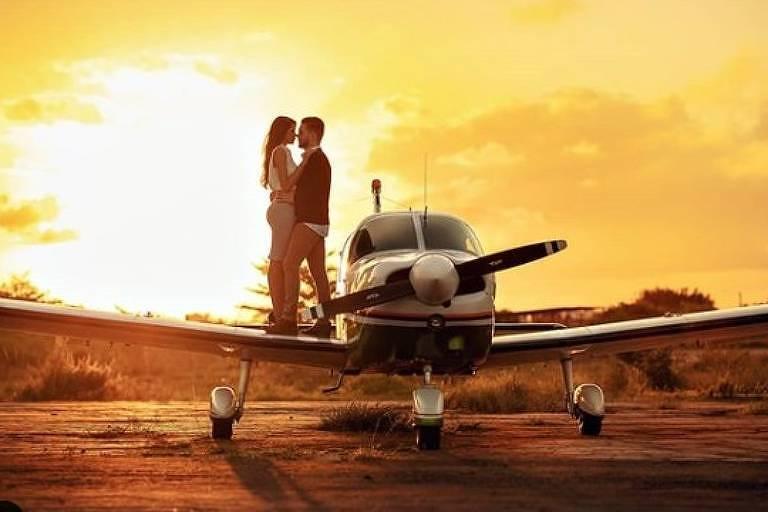 Casal de noivos fez ensaio romântico ao lado de monomotor que caiu