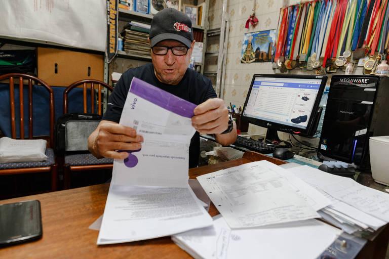 O corretor de imóveis Valdomiro Grandesso, 79 anos, reclama que trocou de plano da Vivo, mas a operadora continua debitando o valor do combo desativado de sua conta-corrente