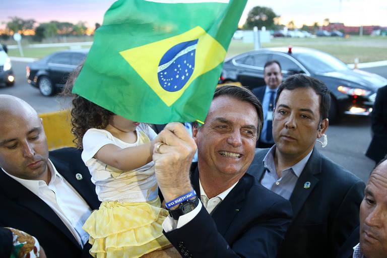 O presidente Jair Bolsonaro (PSL) cumprimenta apoiadores ao chegar no Palácio da Alvorada, em Brasília. Ele defende que o Senado mantenha a MP da reforma administrativa forma que foi aprovada pela Câmara
