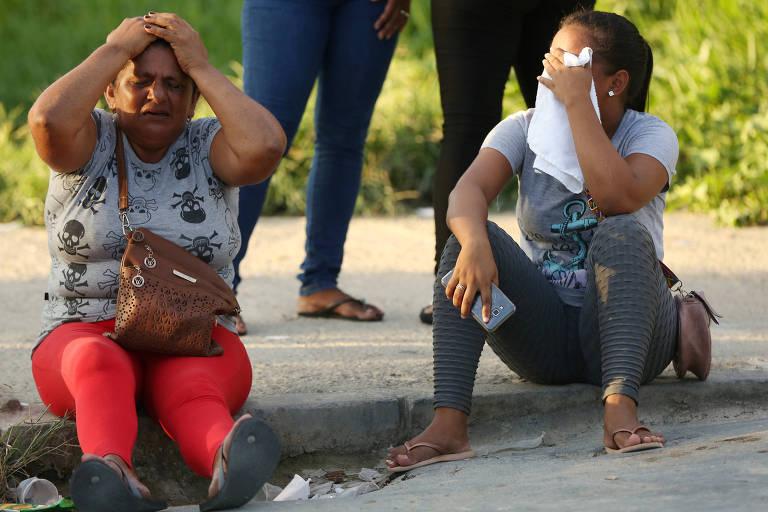 Parentes de presos aguardam informações no lado de fora de presídio em AM