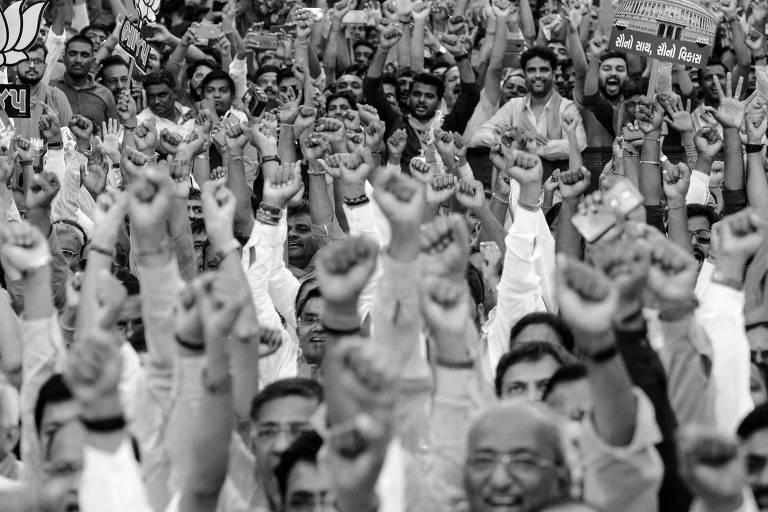 Apoiadores do BJP,  partido do premiê Narendra Modi, participam de evento em Ahmedabad, na Índia