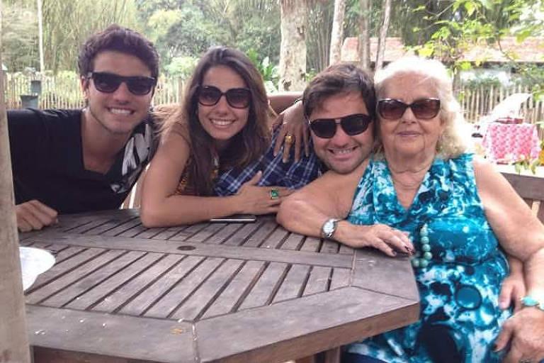 Maria Nina Rattes acompanhada dos netos