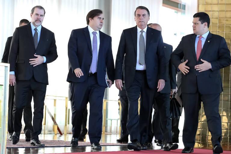 O presidente Jair Bolsonaro caminha ao lado dos presidente do STF, Dias Toffoli, da Câmara, Rodrigo Maia, e do Senado, Davi Alcolumbre
