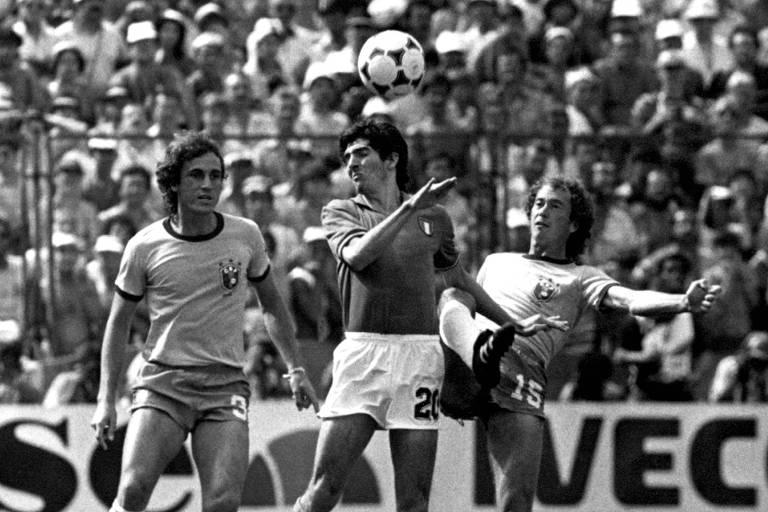 Paolo Rossi domina bola entre Oscar e Falcão no jogo em que a Itália eliminou a seleção brasileira da Copa do Mundo na Espanha. A Itália venceu o Brasil por 3 a 2, os três gols de Rossi