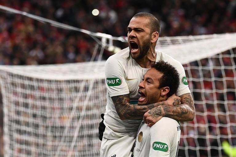 Neymar e Daniel Alves comemoram gol do PSG na final da Copa da França, contra o Rennes