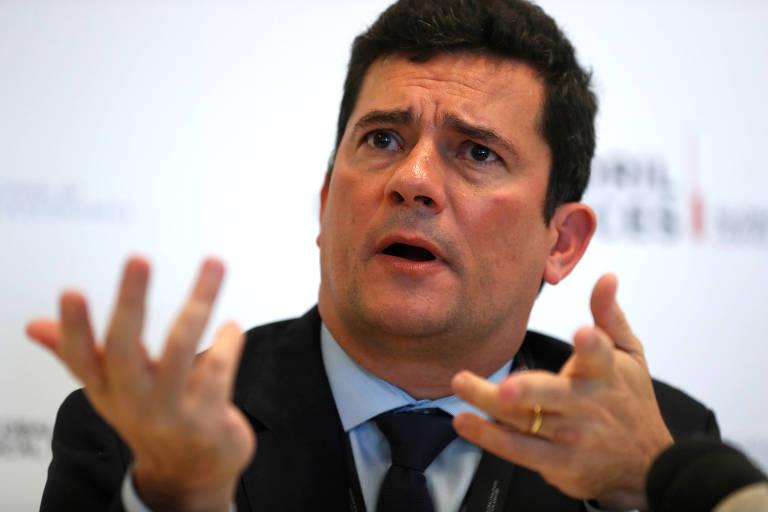 O ministro Sergio Moro gesticula as mãos durante evento em Portugal