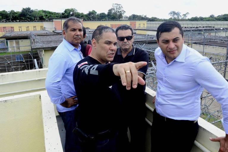 Governador Wilson Lima (PSC) (à dir) durante visita ao Compaj, em Manaus, nesta terça-feira, após motins deixarem 55 mortos em dois dias em presídios da capital do estado
