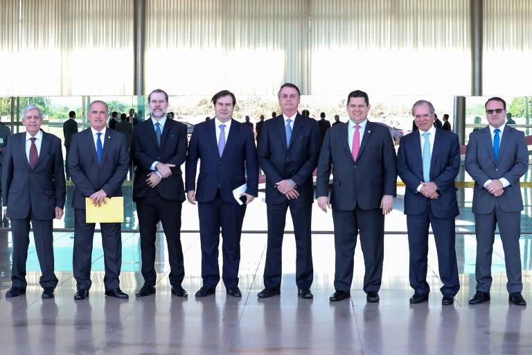 O presidente Jair Bolsonaro posa para foto com ministros e os presidentes do STF, Dias Toffoli, da Câmara, Rodrigo Maia, do Senado, Davi Alcolumbre