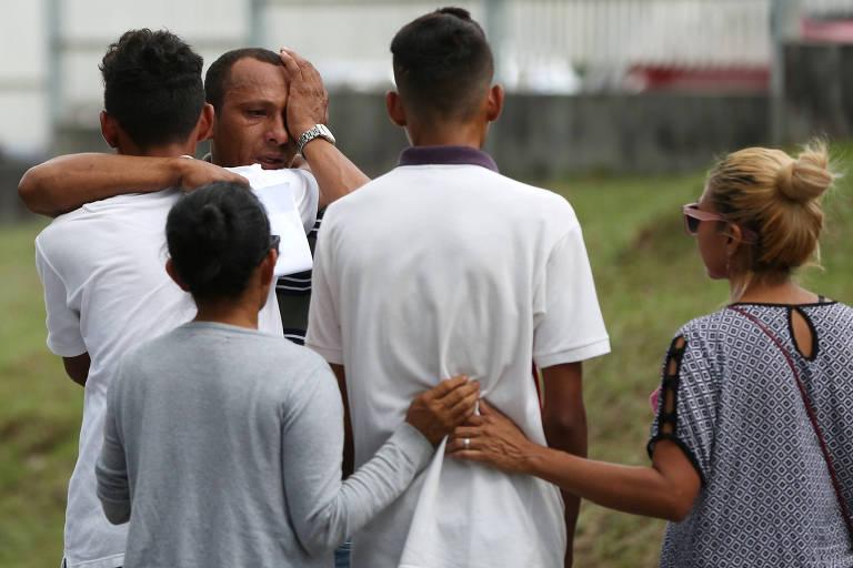 Familiares de detento morto nas prisões de Manaus se confortam no IML local