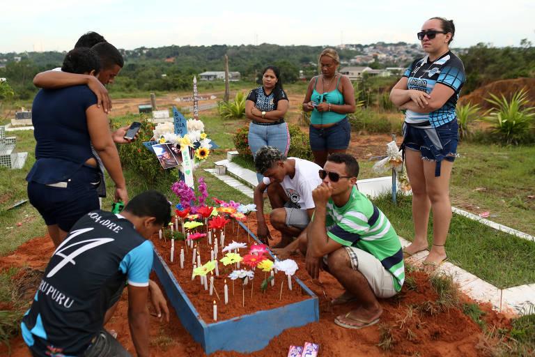 Familiares e amigos de detento morto em Manaus lamentam durante seu enterro, nesta terça