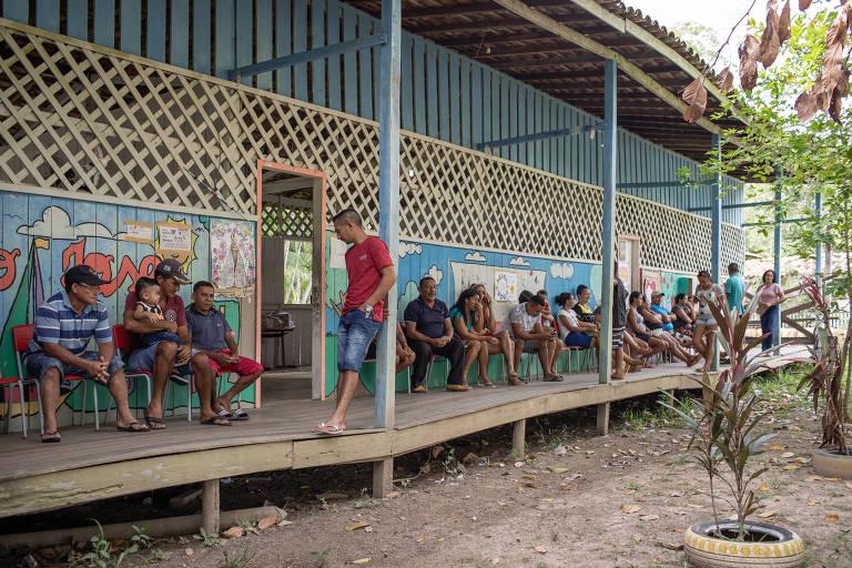 Eleitores aguardam para votar em escola na Ilha Grande, em Belém (PA)