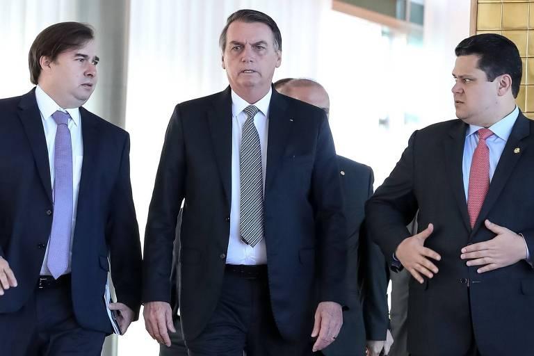 O presidente Jair Bolsonaro (centro), ao lado dos presidentes da Câmara, Rodrigo Maia (esq.) e do Senado, Davi Alcolumbre (dir.), após reunião