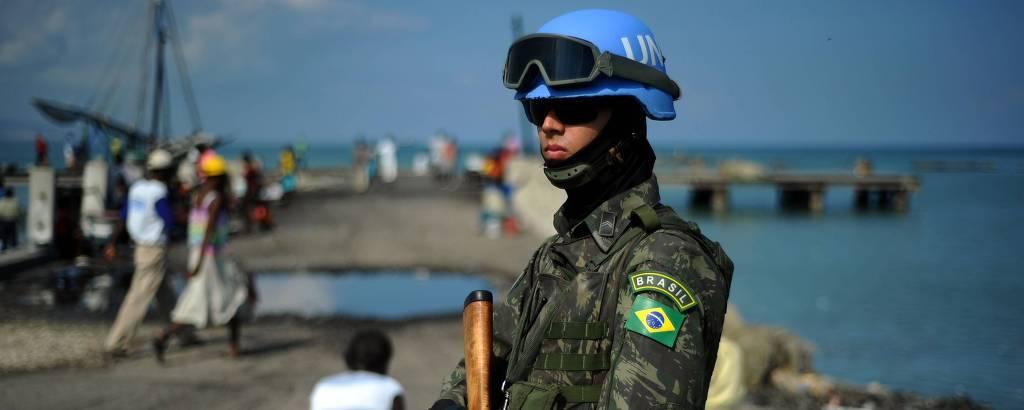 Soldado brasileiro da Minustah durante patrulha na favela de Cité Soleil, em Porto Príncipe