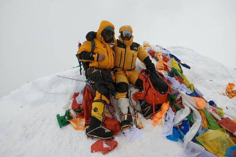 O brasileiro Moeses Fiamoncini e o chileno Juan Pablo Mohr no cume do Everest no dia 23 de maio