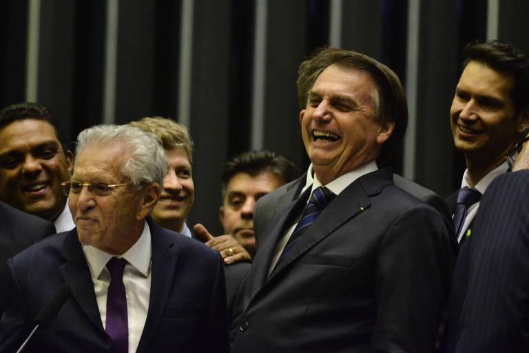 O presidente Jair Bolsonaro ao lado do humorista Carlos Alberto de Nóbrega, na Câmara