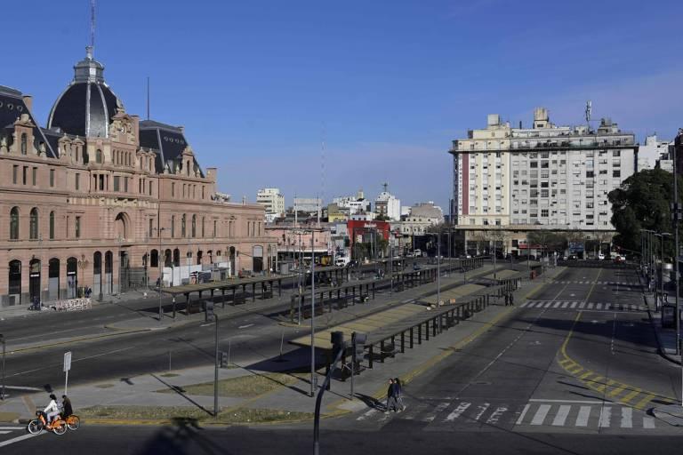 Estação de trem de Constituição, em Bueno Aires, vazia em dia de greve geral