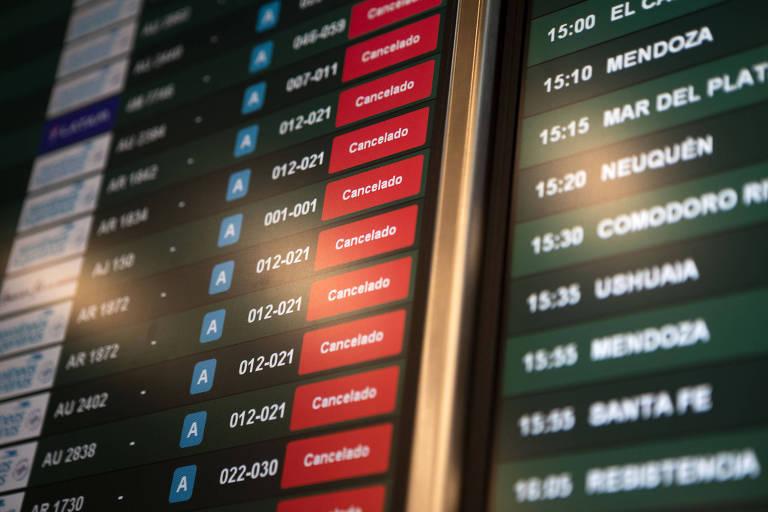 Painel em aeroporto de Buenos Aires lista voos cancelados nesta quarta (29)
