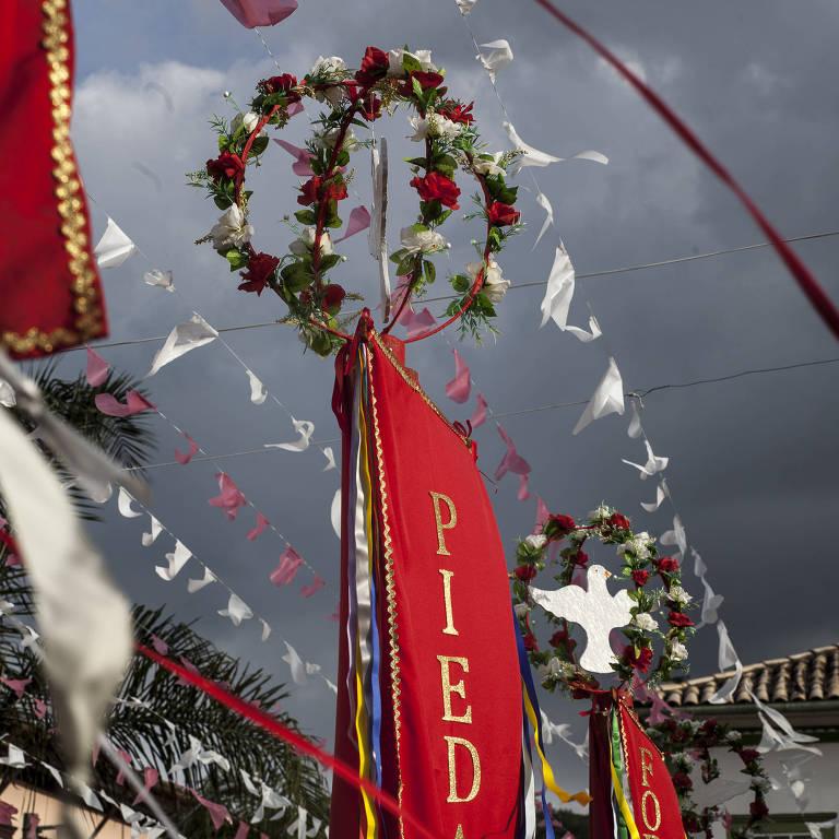 Estandartes na Festa do Divino Espírito Santo de São Luiz do Paraitinga