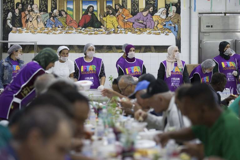 Voluntários muçulmanos servem o jantar em abrigo na Barra Funda para celebrar o Ramadã