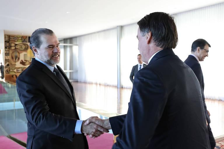 O presidente Jair Bolsonaro (PSL) e o presidente do STF, Dias Toffoli, se cumprimentam durante encontro que selou pacto entre os três Poderes para reformas. Entidades e partidos questionam